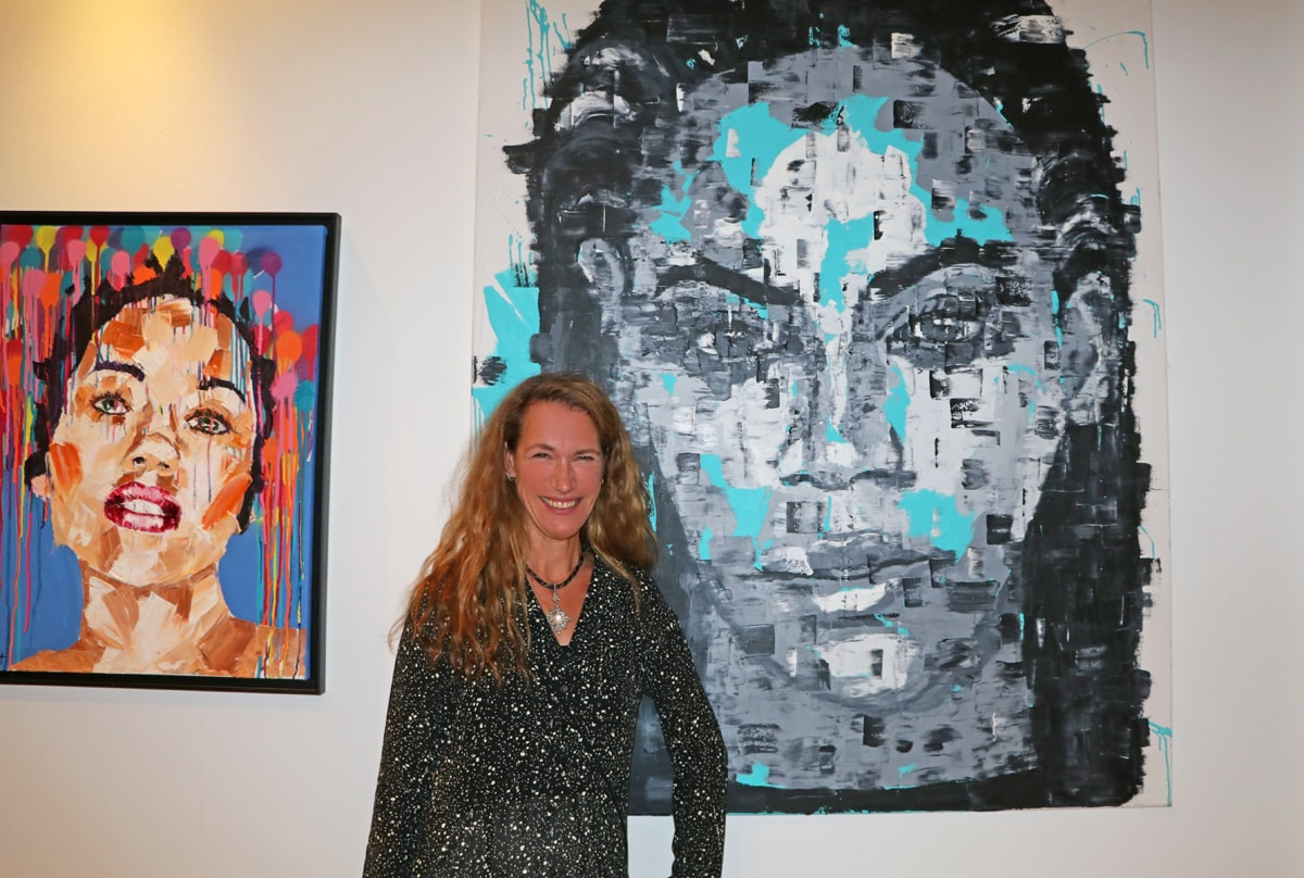 Anna Schellberg with two of her artworks at the Kempinski Hotel Bahia.