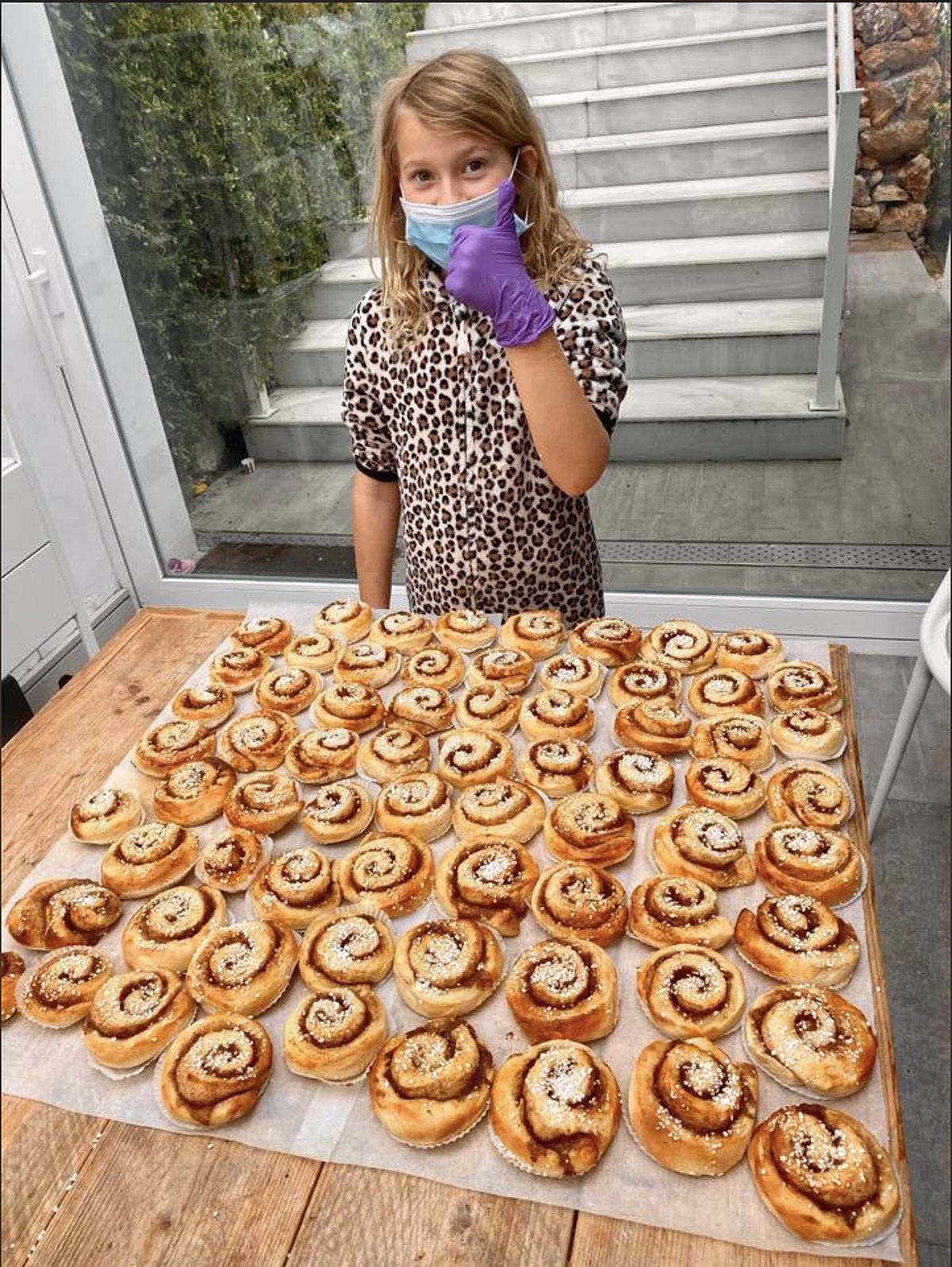 Marbella teenagers bake hundreds of cakes for medical staff, the elderly and the homeless